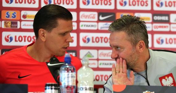 """""""Jesteśmy w momencie budowania drużyny, ale w każdym meczu gramy o zwycięstwo. Motywować zespołu nie trzeba. Jesteśmy świadomi presji. Zdajemy sobie sprawę z tego, jak ciężkie zadanie czeka nas w Chorzowie"""" - powiedział trener polskich piłkarzy Jerzy Brzęczek przed niedzielnym meczem z Włochami w Lidze Narodów. Jeżeli biało-czerwoni jutro nie wygrają to w spotkaniu z Portugalią będą walczyli o pozostanie w dywizji A Ligi Narodów."""