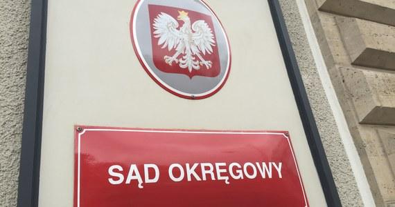 Zarzuty usiłowania zabójstwa i sprowadzenia niebezpieczeństwa dla życia i zdrowia wielu osób usłyszał mężczyzna, który w piątek zaatakował siekierą strażnika w Sądzie Okręgowym w Szczecinie - dowiedział się reporter RMF FM Michał Dobrołowicz. 43-latek przyniósł ze sobą również ponad sto litrów benzyny: po ugodzeniu ochroniarza chciał podpalić budynek sądu. Teraz grozi mu nawet dożywocie.