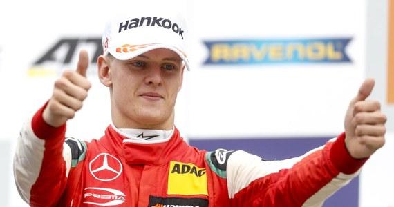 Mick Schumacher, syn legendarnego kierowcy Formuły 1 Michaela, został mistrzem Europy Formuły 3. W sobotę 13 paźdzernika, w przedostatnim wyścigu sezonu 19-letni Niemiec zajął drugie miejsce i zapewnił sobie tytuł. Jest pierwszym triumfatorem cyklu z tego kraju.