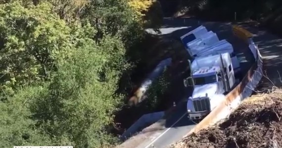 Kierowca ciężarówki zignorował znak drogowy i jego pojazd stoczył się z drogi kilkadziesiąt metrów w dół do wąwozu. Do wypadku doszło w hrabstwie Mendocino w Kalifornii.