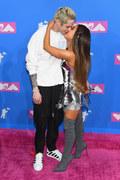 Ariana Grande zerwała zaręczyny z Pete'em Davidsonem. Wciąż tęskni za Mac Millerem?