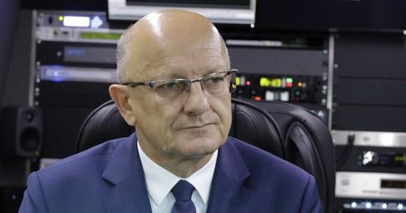 """""""Musi być zmienione prawo o zgromadzeniach. Konstytucja mówi o wolności zgromadzenia, natomiast prawo doprecyzowuje. Mówi, że organ gminy wydaje – nie może - zakaz, jeżeli jest zagrożenie zdrowia życia lub mienia"""" – mówił w Porannej rozmowie w RMF FM prezydent Lublina Krzysztof Żuk. Pytany o początkowej decyzji o odwołaniu Marszu Równości powiedział, że było to podyktowana bezpieczeństwem. """"Jeśli ma pan informacje, że jedzie od kilkuset do kilku tysięcy kibiców, którzy chcą zatrzymać ten marsz, to ta decyzja była podyktowana troską o tych, którzy w swojej nieświadomości w tym marszu chcieli brać udział. Nikt nie jest przeciwko wolności. Ja jestem ostatnim, który by zakazywał. Kwestia bezpieczeństwa to główna przyczyna podjętej decyzji"""" – mówił."""