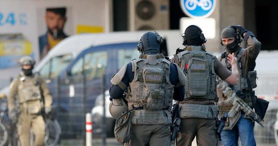 Dwie osoby zostały poważnie ranione przez uzbrojonego mężczyznę na dworcu głównym w Kolonii w Niemczech. Jedną z nich jest zakładniczka, którą napastnik przetrzymywał na terenie apteki. Podczas akcji policji sprawca został ciężko ranny, był reanimowany. Obecnie znajduje się pod intensywną opieką medyczną.