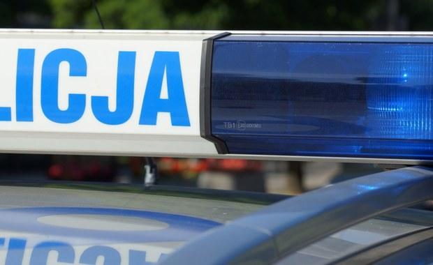 Tragiczny wypadek samochodu osobowego w Nowej Wsi na Mazowszu. Auto wypadło z drogi i uderzyło w drzewo.