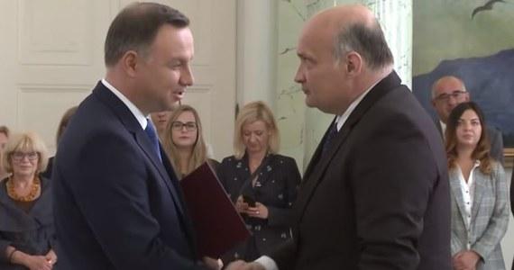 """""""WarszawJAKI… nie spierdo*cie tego""""; """"21 października 2018 roku głosuję obojętnie na kogo, byle było podpisane PiS. To tyle w kwestii podziału prawicy"""" – wpisy takiej treści na Twitterze podał dalej Adam Tomczyński - nowo powołany sędzia Izby Dyscyplinarnej Sądu Najwyższego, która cieszy się wyjątkową autonomią i ma zajmować się postępowaniami dyscyplinarnymi nie tylko sędziów, ale również przedstawicieli innych zawodów prawniczych. Sędzia Tomczyński nie tylko kolportował treści wspierające Prawo i Sprawiedliwość, ale także komentował ostatnie wydarzenia polityczne i trwającą kampanię wyborczą. Według prawników, z którymi rozmawiał nasz reporter Patryk Michalski, wpisy Adama Tomczyńskiego powinien przeanalizować rzecznik dyscyplinarny Sądu Najwyższego. Po pytaniach reportera RMF FM, wczoraj Adam Tomczyński usunął swoje konto na Twitterze pisząc m.in. """"nie oceniam innych polityków, nie oceniam kampanii (…) ale rzeczywiście ma Pan rację (…) kończę swoją działalność na Twitterze""""."""