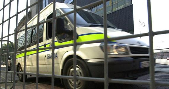 Tylko w jednym sądzie w Dublinie z powodu zastrzeżeń do niezależności polskich sądów zawieszono dotąd ekstradycję ponad 20 osób, poszukiwanych w związku z przestępstwami popełnionymi w Polsce. Od tego, czy nasze sądy przekonają irlandzką sędzię, że poszukiwani mogą liczyć w kraju na uczciwy proces zależy dziś wykonanie ponad 30 Europejskich Nakazów Aresztowania.