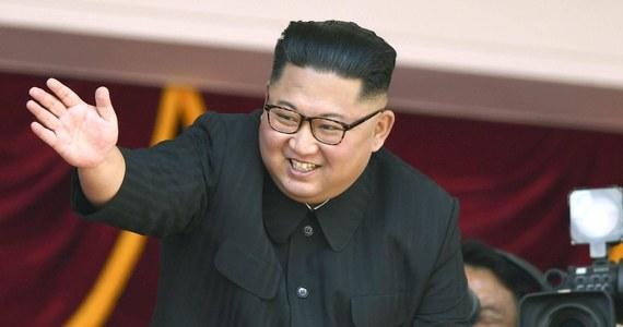"""Przywódca Korei Północnej Kim Dzong Un odmówił przekazania sekretarzowi stanu USA Mike'owi Pompeo spisu północnokoreańskich ośrodków nuklearnych do czasu złagodzenia sankcji i formalnego zakończenia wojny - poinformował japoński dziennik """"Yomiuri Shimbun""""."""