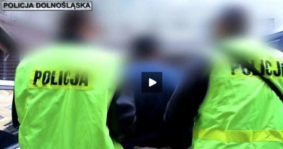 Wrocławscy policjanci zatrzymali cztery osoby podejrzane o udział w zorganizowanej grupie przestępczej zajmującej się handlem ludźmi w Wielkiej Brytanii. Grupa miała działać w latach 2015-2016. To kolejni podejrzanie w tej sprawie. Wcześniej zatrzymano m.in. dwóch Polaków, którzy kierowali tą grupą.