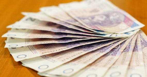 Prezes UOKiK postawił zarzuty podmiotom z grupy Złotówka, które oferują konsumentom pożyczki gotówkowe. Podejrzewa je o tzw. rolowanie, czyli namawianie klientów do dalszego zadłużania się, by spłacić poprzednie zobowiązania. Zarzuty postawiono też firmie pożyczkowej Euroexpert.