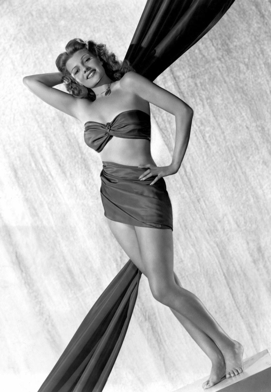 """To na jej cześć swą nazwę otrzymał słynny drink margarita, to jej portret widniał na bombie atomowej zrzuconej na atol Bikini (bomba nazywała się """"Gilda""""). Rita Hayworth to jedna z największych legend Hollywood. Gdyby żyła, 17 października 2018 roku obchodziła 100. urodziny. Kim była i skąd wzięła się w Hollywood?"""