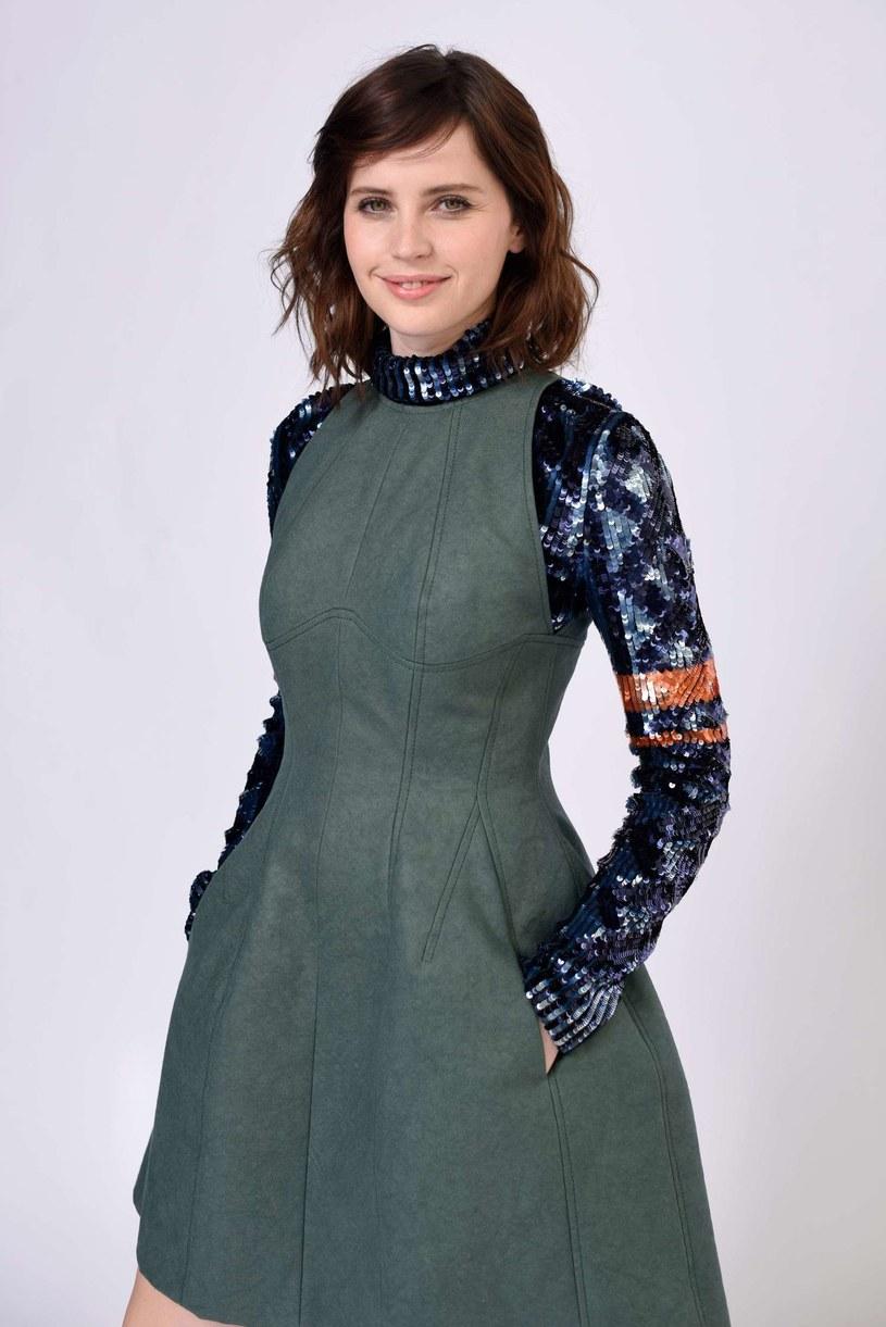 Krytycy dostrzegają w niej nową Audrey Hepburn. W istocie, dziewczęca uroda będąca jej wizytówką, niejednokrotnie sprawiała, że artystka grała o wiele młodsze od siebie bohaterki. Felicity Jones, jedna z najbardziej utalentowanych brytyjskich aktorek, kończy 17 października 35 lat.
