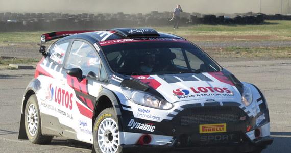 Misja Katalonia rozpoczęta! Kajetan Kajetanowicz rozpoczął przygotowania do rozpoczynającego się w przyszły czwartek Rajdu Katalonii. Trzykrotny mistrz Europy zbiera w tym roku cenne doświadczenie w klasie WRC-2 i jak na razie idzie mu świetnie. Ostatnio startował w Turcji, gdzie w swojej klasie zajął 4. miejsce. Gdyby nie problemy techniczne z autem, prawdopodobnie stanąłby na podium. Kajetanowiczowi na trasie będzie pomagał jego pilot Maciej Szczepaniak, ale od dziś w rajd zaangażowany jest cały sztab ludzi, którzy od dzisiejszych testów na warszawskim Bemowie, mają czas do kolejnego czwartku, żeby perfekcyjnie przygotować auto na szutrowo-asfaltowe trasy. Nad całym zespołem czuwa koordynator Lotos Rally Team - Paweł Kajzar, z którym rozmawiał Paweł Pawłowski.