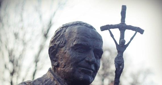 W 40. rocznicę wyboru księdza kardynała Karola Wojtyły na papieża wydobywam z zakamarków pamięci dwie historie opowiedziane mi przed wielu laty przez jednego z moich filozoficznych mistrzów, a zarazem osobę bardzo bliską Janowi Pawłowi II - śp. ks. profesora Józefa Tischnera.