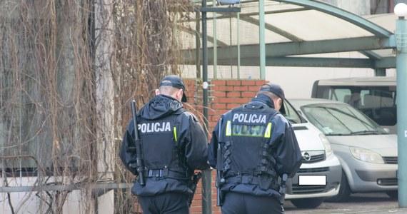 Są prokuratorskie zarzuty dla dwóch policjantów z Katowic, którzy pozwolili na pobicie zatrzymanego Brytyjczyka. Trzeci policjant, który zaatakował obezwładnionego już mężczyznę, usłyszał zarzut usiłowania zabójstwa. Wcześniej informowano o tymczasowym areszcie dla jednego policjanta z Katowic, który pobił zatrzymanego mężczyznę.
