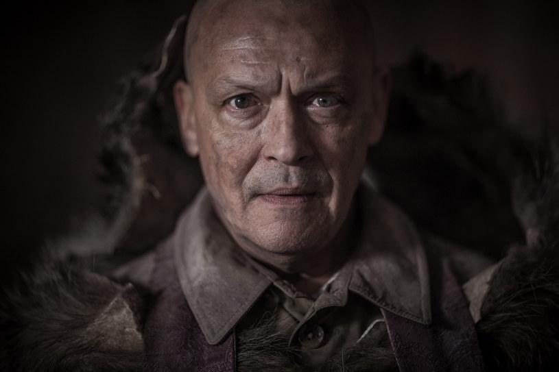 """""""Ślepnąc od świateł"""" opowiada o rozpadzie świata niezależnego warszawskiego dilera i jego klientów, barwnych straceńców z miasta, którzy tańczą wokół niego i jego kokainy swoisty danse macabre - mówi reżyser serialu Krzysztof Skonieczny. Produkcję HBO będzie można oglądać od 27 października."""