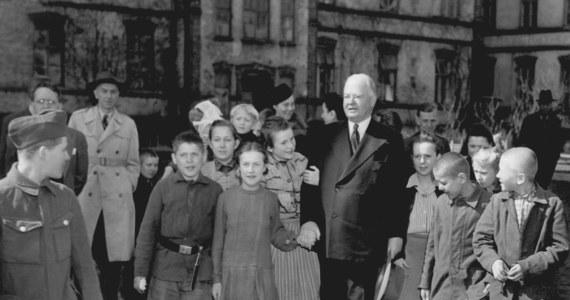 """Dzięki akcji """"Hoover Table"""", zainicjowanej przez Konsulat Generalny Stanów Zjednoczonych, młodzież z krakowskich placówek opiekuńczo-wychowawczych będzie mogła wyjechać na obozy językowe! Projekt nawiązuje do słynnego obiadu zorganizowanego w 1920 roku przez Herberta Hoovera, przyjaciela Polski, późniejszego prezydenta USA."""