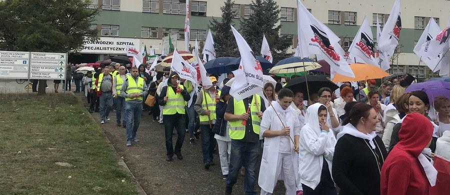 Manifestacją na ulicach Rybnika zaczął się strajk pracowników w Wojewódzkim Szpitalu Specjalistycznym nr. 3. Pracownicy placówki domagają się podwyżki płac.