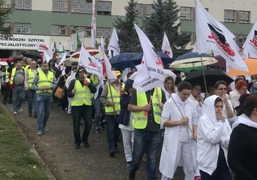 """Pracownicy szpitala w Rybniku wyszli na ulice. """"Płace poniżej godności"""""""