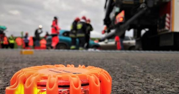 W Krośniewicach koło Kutna w Łódzkiem doszło do tragicznego wypadku. W zdarzeniu zginął 8-letni chłopiec. Dziecko nie było przypięte pasami.
