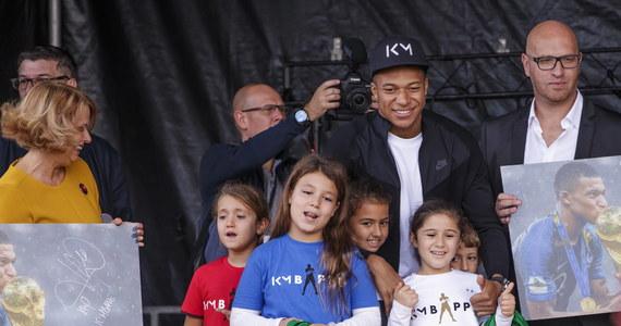 """Kylian Mbappe odwiedził Bondy, przedmieście Paryża, gdzie się wychował. Gwiazdę francuskiego futbolu witały tysiące osób. """"Wierzcie w swoje marzenia. Mam nadzieję, że pewnego dnia jeden z was będzie na moim miejscu"""" - powiedział zwracając się do młodzieży."""