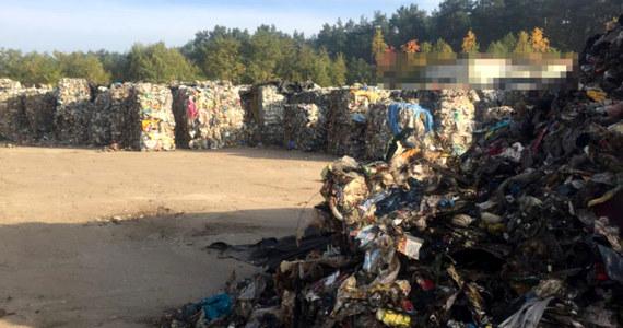 Policjanci z CBŚP rozbili gang, którego członkowie sprowadzali do Polski z terytorium Niemiec zmieszane odpady komunalne. Zamiast do miejsca, gdzie miały być poddane recyklingowi, śmieci trafiały do składowisk w województwie łódzkim i wielkopolski. Podejrzani na wwożeniu do Polski 4 tys. ton śmieci mogli zarobić ponad 1,2 miliona złotych. 20 osób jest podejrzanych, a 12 usłyszało zarzut udziału w zorganizowanej grupie przestępczej.