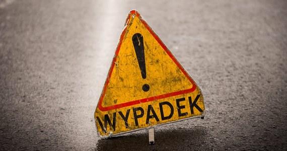 Dwie osoby zginęły w wypadku na drodze krajowej nr 12 w Srocku w Łódzkiem. To kierująca i pasażerka auta osobowego. Ten samochód zderzył się tam z ciężarówką i autobusem.