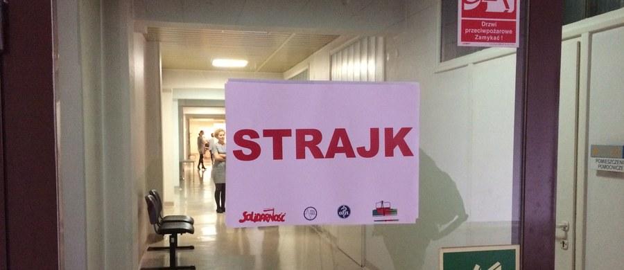 Bezterminowy strajk rozpoczął się rano w Wojewódzkim Szpitalu Specjalistycznym nr 3 w Rybniku. Placówka działa w systemie ostrego dyżuru. Realizowane są tylko zabiegi ratujące życie, planowe przyjęcia pacjentów są wstrzymane.