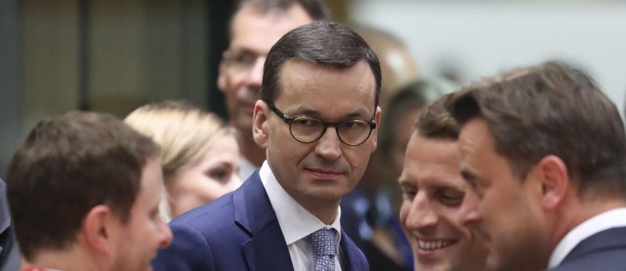 """""""Jesteśmy bardzo zadowoleni z rozwiązań proponowanych w sprawie migracji"""" - mówił premier Mateusz Morawiecki na szczycie Unii Europejskiej w Brukseli. Jak donosi korespondentka RMF FM, szef rządu jest zadowolony, że przebiło się polskie stanowisko w sprawie kwot uchodźców. Polska postulowała, żeby nie było obowiązkowych limitów przyjmowania migrantów."""