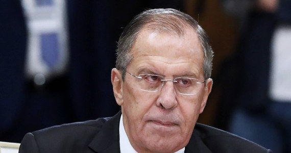 """Szef rosyjskiego MSZ Siergiej Ławrow w wywiadzie dla """"Paris Match"""" zapewnił, że Moskwa opowiada się za silną i stabilną Europą, mówił o braku dialogu między Rosją a NATO. Uznał też, że obecność wojsk USA w Polsce byłaby naruszeniem porozumienia Rosja-NATO."""