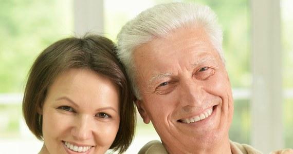 Ludzie osiągają zadowolenie z życia, ale dopiero w połowie czwartej dekady. To ustalenia sondażu przeprowadzonego wśród 2 tys. Brytyjczyków. Określił on nawet statystyczny wiek człowieka zadowolonego - są to 44 lata.