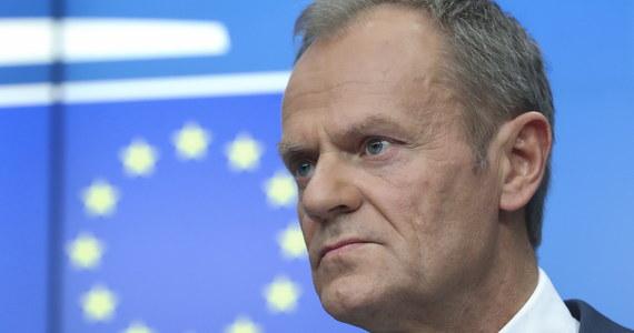 """Niektóre decyzje polskiego rządu powodują, że Polska jest na politycznych peryferiach Unii Europejskiej - ocenił w czwartek w rozmowie z dziennikarzami w Brukseli szef Rady Europejskiej Donald Tusk. Według niego, liderzy PiS nie ukrywali swojego """"dwuznacznego stosunku do UE"""". Pytany o wniosek prokuratora generalnego Zbigniewa Ziobry do TK ws. przepisu prawa unijnego na mocy którego polskie sądy kierują pytania prejudycjalne do Trybunału Sprawiedliwości UE, Tusk odpowiedział, że nie analizuje szczegółowo tego wniosku."""