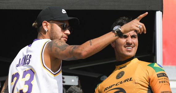 """Gwiazdor światowej piłki Brazylijczyk Neymar - korzystając z wolnego po meczach """"Canarinhos"""" - poleciał do portugalskiego Peniche na przedostatnią rundę Pucharu Świata w surfingu. Podziwiał popisy surferów - a, jak widać na filmie, jest co podziwiać! - i wspierał swojego rodaka Gabriela Medinę - mistrza świata z 2014 roku i obecnego lidera rankingu World Surf League."""