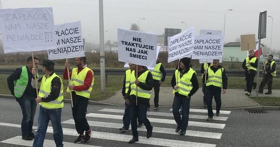 Blokada na drodze nr 935 w Żorach na Śląsku. Od rana trwa tam protest pracowników firm budowlanych, którym nie zapłacono za wykonane prace. Akcja ma trwać do godziny 16:00.