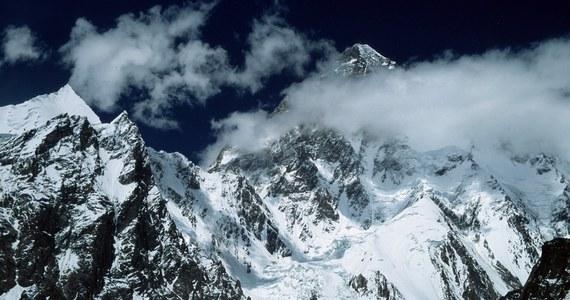 """Polacy chcą ponownie zaatakować zimą K2 za rok. To pewne. A kto już teraz pojawi się w bazie pod ostatnim niezdobytym o tej porze roku ośmiotysięcznikiem? To na razie wciąż tylko spekulacje. Nieoficjalnie wiadomo, że wyprawę szykuje jedna z najważniejszych obecnie postaci w świecie himalaizmu - Bask Alex Txikon. Skład planowanej ekspedycji na K2 ogłosił też zespół złożony z Rosjan, Kazachów i Kirgizów. Ten ruch wywołał spore zamieszanie medialne. Czy ich wyprawa jest już pewna? Czas leci, a na przygotowanie nie wystarczy kilka tygodni. To dobry moment, by powiedzieć """"sprawdzam"""". """"Teraz szukamy sponsorów"""" - przyznaje w rozmowie z RMF FM organizator planowanej ekspedycji i jeden z członków rosyjsko-kazachsko-kirgiskiego zespołu Artiom Braun."""