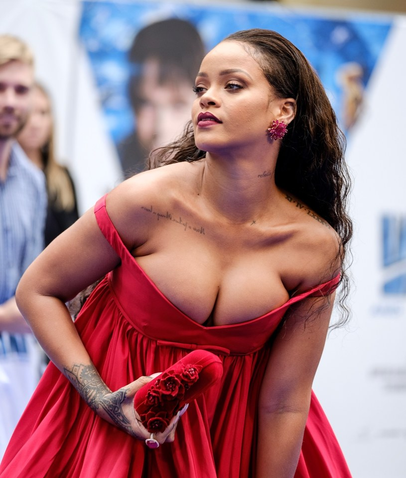 Według najnowszych informacji to Rihanna miała zostać gwiazdą przyszłorocznego koncertu w przerwie Super Bowl. Wokalistka odmówiła, solidaryzując się z futbolistą Colinem Kaepernickiem. Jej miejsce zajął zespół Maroon 5.