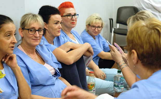 Częściowe porozumienie zawarli w piątek z dyrekcją placówki strajkujący od czwartku pracownicy Wojewódzkiego Szpitala Specjalistycznego nr 3 w Rybniku (Śląskie). Spełnia ono postulaty dotyczące obsady pielęgniarskiej na dyżurach, nie kończy jednak protestu.