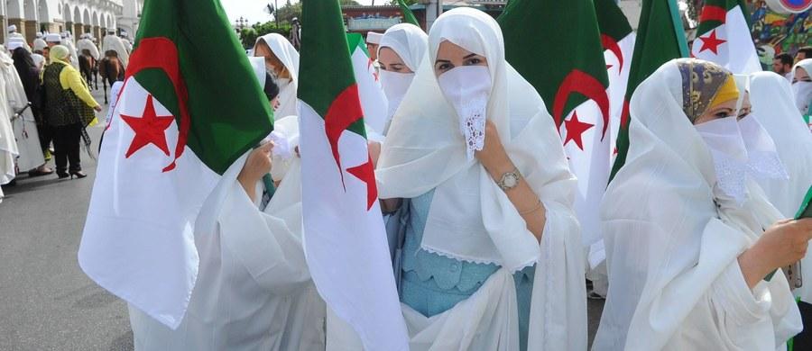 Noszenie przez kobiety burek i nikabów w miejscach pracy jest zakazane - ogłosił rząd Algierii. Decyzja podyktowana jest kwestiami bezpieczeństwa; zasłanianie twarzy ma utrudniać identyfikację tożsamości.