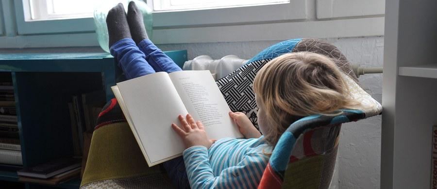 Gdy uczymy się czytać, zmienia się struktura naszego mózgu. Dlaczego czytanie jest coraz trudniejsze dla dzieci? Czy nauka alfabetu jest równoznaczna z nauczaniem czytania? Z logopedą profesor Jagodą Cieszyńską, twórczynią nowatorskiej metody nauki czytania rozmawiała Marlena Chudzio.