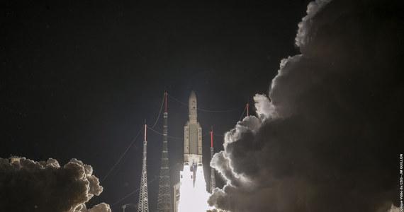 """Dziś nad ranem polskiego czasu rozpoczęła się misja sondy BepiColombo, która na pokładzie rekiety Ariane 5 wystartowała w kierunku Merkurego z europejskiej bazy kosmicznej w Kourou w Gujanie Francuskiej. Wspólne przedsiewzięcie Europejskiej Agencji Kosmicznej (ESA) i Japońskiej Narodowej Agencji Kosmicznej (JAXA) ma umożliwić badania najmniejszej i najbliższej Słońcu planety naszego Układu. Zestaw dwóch sond, europejskiej """"Bepi"""" i japońskiej """"Mio"""", ma wejść na orbitę Merkurego w 2025 roku. Wcześniej będzie zacieśniał swoją orbitę korzystając w oddziaływania grawitacyjnego Ziemi, Wenus i samego Merkurego."""