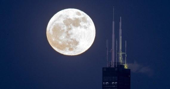 """Chiny planują stworzyć """"sztuczny księżyc"""", który wprowadzą na orbitę w 2020 roku, by zastąpić latarnie uliczne i tym samym zmniejszyć wydatki na prąd - informują państwowe media."""