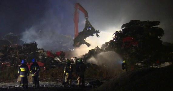 Do późnych godzin nocnych trwało dogaszanie pożaru na złomowisku w Tarnowskich Górach w Śląskiem. Paliły się tam przeznaczone na złom samochody.