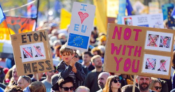 Tłumy Brytyjczyków przemaszerowały ulicami Londynu, protestując przeciwko decyzji o wyjściu Wielkiej Brytanii z Unii Europejskiej i domagając się organizacji ponownego referendum w tej sprawie. Organizatorzy marszu szacują, że wzięło w nim udział do 700 tys. ludzi.