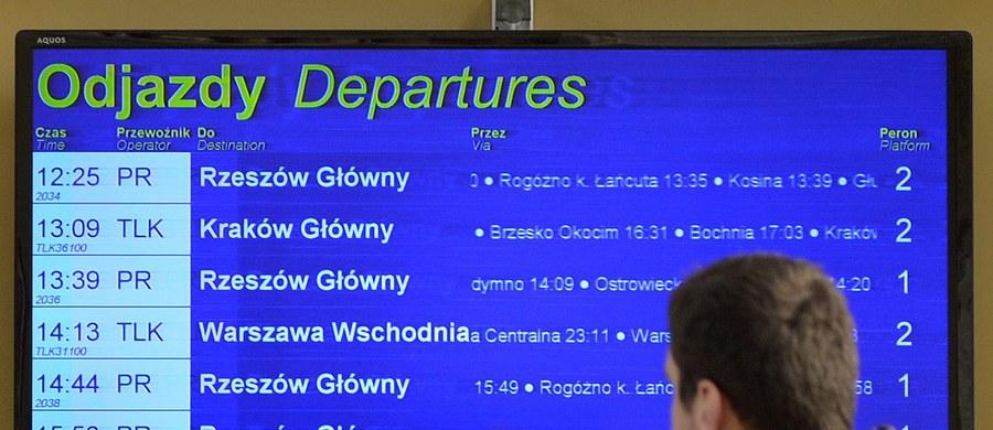 Planujesz podróż pociągiem? Dokładnie sprawdź rozkład jazdy. W nocy z soboty na niedzielę PKP wprowadza korektę dotychczasowego rozkładu. W Warszawie pociągi wracają na zmodernizowaną linię obwodową. Za to na Podkarpaciu za składy kursujące z Rzeszowa do Głogowa Małopolskiego wprowadzone będą zastępcze autobusy.