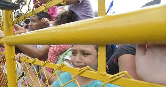 Po dramatycznych scenach, jakie rozegrały się na granicy między Meksykiem a Gwatemalą około 2 tysięcy imigrantów zawróciło z myślą o powrocie do rodzinnego Hondurasu. Pozostali czekają, aż władze Meksyku pozwolą im na przekroczenie granicy. Celem ich podróży są Stany Zjednoczone. Chodzi o karawan kilku tysięcy obywateli państw Ameryki Środkowej, którzy mając dość nędzy i przemocy w swoich ojczyznach, ruszyło szukać lepszego życia w USA. Według jednych akcja jest spontaniczna, według innych ma podłoże polityczne. Prezydent Trump grozi użyciem wojska, jeśli rządy poszczególnych krajów nie powstrzymają exodusu.