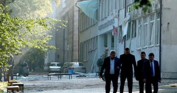 Rosyjska telewizja Rossija24 opublikowała nagrania monitoringu z momentu ataku w technikum w Kerczu na Krymie. W eksplozji bomby i strzelaninie zginęło tam 21 osób, a kilkadziesiąt innych zostało rannych.