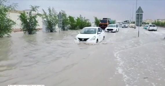 W Katarze spadło prawie tyle deszczu, ile normalnie powinno przez cały rok. Ulice Doha, stolicy kraju, zmieniły się w rwące potoki, co możemy zobaczyć na nagraniu.