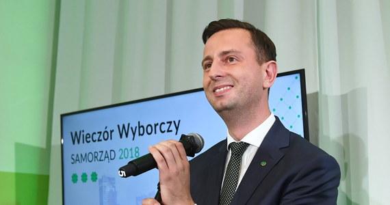 Nie będzie koalicji z PiS w sejmikach województw, bo nie wchodzi się w koalicję z partią antysamorządową, a taką partią jest PiS - oświadczył lider Polskiego Stronnictwa Ludowego Władysław Kosiniak-Kamysz. W wyborach do sejmików wojewódzkich w skali kraju PiS uzyskał 32,3 proc. proc., Koalicja Obywatelska - 24,7 proc., PSL - 16,6 proc.; po 6,3 proc. głosów dostali Bezpartyjni Samorządowcy i Kukiz'15 - wynika z opublikowanego w niedzielę wieczorem sondażu Ipsos.