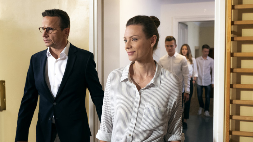 """""""Pod powierzchnią"""" to nowy, siedmioodcinkowy serial stacji TVN, który zadebiutował 21 października. W zapowiedzi produkcji wykorzystano utwór """"So Cold"""" Bena Cocksa."""