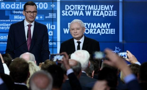 Tuż po ogłoszeniu sondażowych wyników wyborów samorządowych najbardziej szczery i prawdziwy wydał mi się komentarz Jarosława Kaczyńskiego o tym, że Prawo i Sprawiedliwość czeka teraz bardzo dużo pracy. Wybory 2018 ułożyły się tak, że właściwie tylko starzy/nowi prezydenci i burmistrzowie mogą być naprawdę zadowoleni, ale na siłę sukces może ogłaszać każda z trzech największych partii. Problem w tym, że wszystkie wiedzą też, że sukcesu nie odniosły. Podobnie, jak i sami wyborcy. Polska podzieliła się na tych, którzy chcą lepszej Rzeczpospolitej, tych, którzy uważają, że lepsza Rzeczpospolita już była i wystarczy do niej wrócić, wreszcie tych, którzy mają wszystko gdzieś. Jak z tego skleić cały Naród i faktycznie Ojczyznę budować, w tej chwili chyba nie wie nikt.