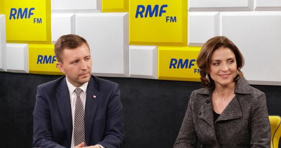 """""""Wszystko wskazuje na to, że ten sukces nie przełoży się na to, że PiS będzie w jakiejś znaczącej liczbie sejmików sprawował władzę"""" - powiedziała Joanna Mucha, gość Popołudniowej rozmowy w RMF FM. """"Doszło do polaryzacji wyników wyborczych"""" - zripostował Łukasz Schreiber z Prawa i Sprawiedliwości. Warszawski wynik skomentował: """"Patryk Jaki walczył wspaniale, walczył do końca, walczył odważnie i to jest rzecz bezapelacyjna"""". Drugi gość Marcina Zaborskiego zauważył też, że: """"Prawo i Sprawiedliwość w 2014 roku zwyciężyło w 5 województwach teraz wygrało w 9""""."""